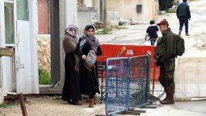 Vägspärr i Hebron.