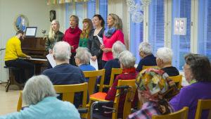 Uuden päivän näyttelijät kävivät tervehtimässä Kotipirtin vanhuksia