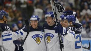 Finlands spelare firar Esa Lindells mål, Finland-Norge, VM 2015.