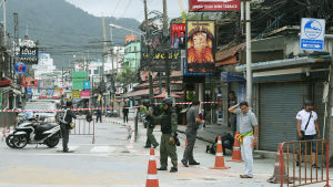 Poliser och vägspärrar nära stranden Patong där en bomb exploderade under fredagsmorgonen.