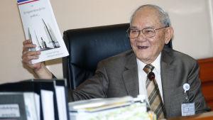 Meechai Ruchupan som ledde kommittén som skrev om den thailändska grundlagen visar upp den nya förslagna konstitutionen