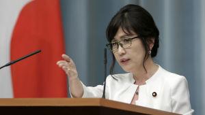 Tomomi Inada är en av premiärminister Shinzo Abes närmaste medarbetare. Hon har gjort sig känd för kontroversiella uttalanden om krigsförbrytelser och Japans pacifistiska grundlag