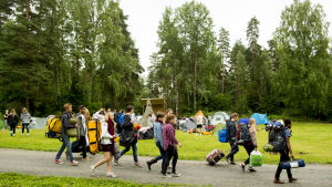 Ungdomar från det norska Arbeiderpartiets ungdomsorganisation AUF återvänder till Utøya den 6 augusti 2015, dyra år efter massakern på ön då 69 personer miste livet.