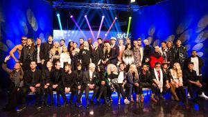Alla artisterna i melodifestivalen poserar tillsammans på ett podium
