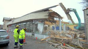 Rivning inför bygge av nytt bibliotek i Nykarleby.