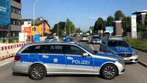 """Polisbilar blockerar vägen till nattklubben """"Grey"""" i Konstanz, Tyskland, där skottlossning skett under morgonnatten den 30 juli."""