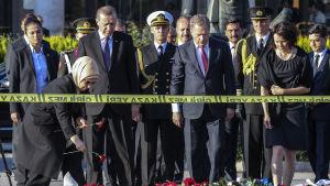 President Sauli Niiniistö med sin fru Jenni Haukio lägger en krans för offren i Ankara fyra dagar efter självmordsattackerna den 10  oktober