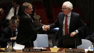 Nya Zeelands representant och Rysslands representant skakar hand i FN:s säkerhetsråd.