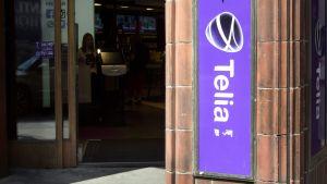 Telias logottyp i gatubilden i Stockholm