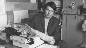 30-vuotias Yleisradion toimittaja Reijo Nikkilä työpöytänsä ääressä vuonna 1970