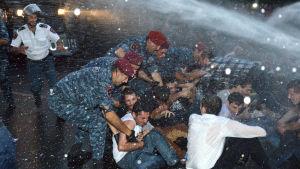 Polisen använde vattenkanon mot demonstranter 22.6.2105