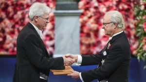 Bengt Holmström tar emot ekonomipriset av kung Carl Gustav.