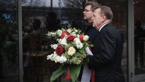 Statsminister Lars Lökke Rasmussen (till höger) och Köpenhamns borgmästare Frank Jensen lade ner blommor vid kulturcentret där filmregissören Finn Nörgaard sköts ihjäl.