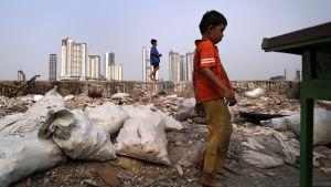 En pojke i slumområdet i Jakarta, Indonesien.