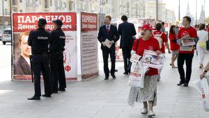 Kommunistpartiets kampanjarbetare delar ut valreklam i centrala Moskva