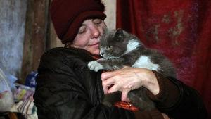 Hemlös kvinna i ett härbärge för hemlösa i Bishkek, Kirgizistan
