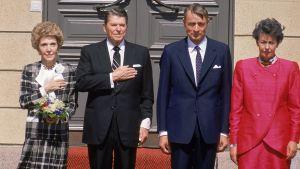 Mauno och Tellervo Koivisto med Ronald och Nancy Reagan utanför Presidentens slott i Helsingfors år 1988.