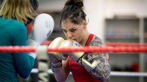 Nyrkkeilijä Eva Wahlström harjoituksissa, Ringside Gym, Pitäjänmäki, Hki, 1.2.2017.