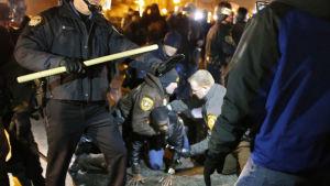 Polisen bland prostesterande Fergusonbor.