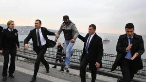 Självmordskandidat på Bosporenbron i Istanbul får tala med president Erdogan, 25.12.2015