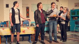 Anton Mattsson (Kameramannen), Riddo Ridberg (Leiffo), Sam Sihvonen (Lasse) och Erja Lindell (Smink-Sirpa).