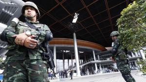 Thailändska soldater vaktar utanför byggnaden där landets budgetplan för 2015 görs upp.