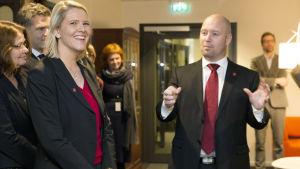 En leende Sylvi Listhaug som blev Norges nya invandrings- och integrationsminister. Listhaug representerar det högerpopulistiska Fremskrittspartiet. Till höger justitieminister  Anders Anundsen.