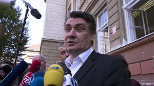 De kroatiska socialdemokraternas ledare Zoran Milanović utanför en vallokal i Zagreb på söndagen 11.9.2016