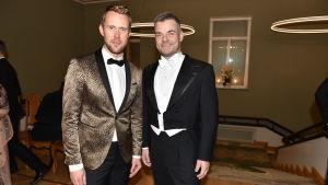 Två festklädda män