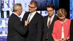 Antti Rinne pekar på Juha Sipilä som står bredvid Ville Niinistö och Anna-Maja Henriksson.