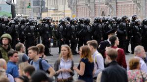 Soldater och kravallpolis  blockerade vägarna till Tverskaja-gatan i centrum av Moskva där aktivisterna skulle samlas