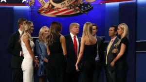 Donald Trump med sin familj efter den tredje valdebatten