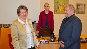 Liane Byggmästar (SFP), tf. kommundirektör Malin Brännkärr och fullmäktiges ordförande Hans-Erik Lindgren (SFP).