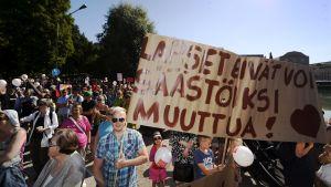Demonstration mot nedskärningar som har med barn att göra i Helsingfors den 22 augusti 2015.