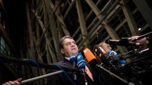 Tysklands vice förbundskansler Sigmar Gabriel berättar om skärpta asylregler i Berlin 28.1.2016
