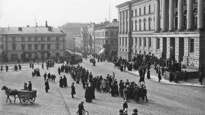 En bild föreställande arbetarnas förstamajmarsch på Senatstorget 1912.
