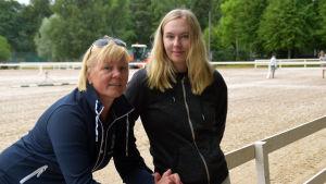 Mia Maukonen och Carolina Grahn lutar mot ett staket vid gamla sportplan i Hangö.