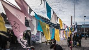 Helsingin Rautaientorilla irakilaisten ja Afganilaisten turvapaikanhakijoiden telttakylä maaliskuu 2017