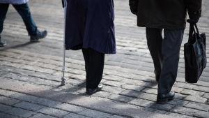 Eläkeläiset kävelevät