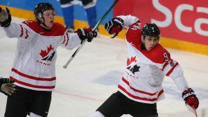 Dylan Strome firar ett mål i matchen mot Finland i junior-VM i helsingfors.