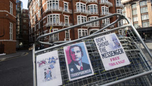 En bild av Ecuadors ambassad utifrån där Julian Assange hålls