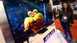 Sarah Mehrabzabeh visar upp en 84 tum stor smart-tv med inbyggd kamera på en mässa i Las Vegas, USA.