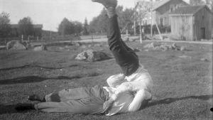"""Två män leker """"finnkast"""". Bilden är tagen 1931 i Närpes, Kalaks."""