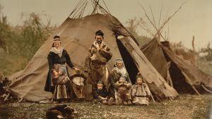 Samisk familj framför en kåta i början av 1900-talet