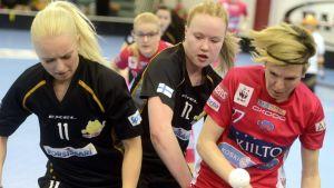 Laura Manninen, Ella Sundström och Mirca Anderggin i kamp om bollen