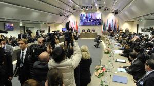 Deltagare under den 168:e Opec-konferensen i Wien, Österrike, den 4 december. Bokstavskombinationen Opec står för Organization of the Petroleum Exporting Countries.