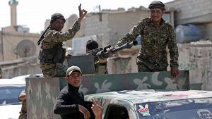 Kurdiska milismän i norra Syrien är på väg att inta den strategiskt viktiga staden Manbij, IS sista länk till den turkiska gränsen