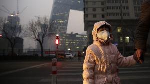 Kinas huvudstad Peking höjde den 7 december 2015 för första gången larmnivån för dålig luft till den allra högsta nivån.
