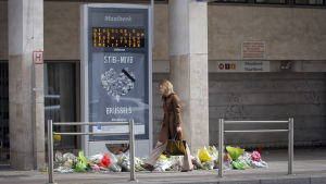 Blommor utanför Maalbeeks metrostation i Bryssel den 30 mars 2016.