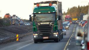 Trafiken grötar ihop sig norr om nya omfartsvägen.